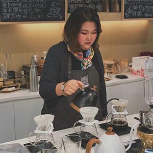 要开百年花艺老店的咖啡女孩 -九斤